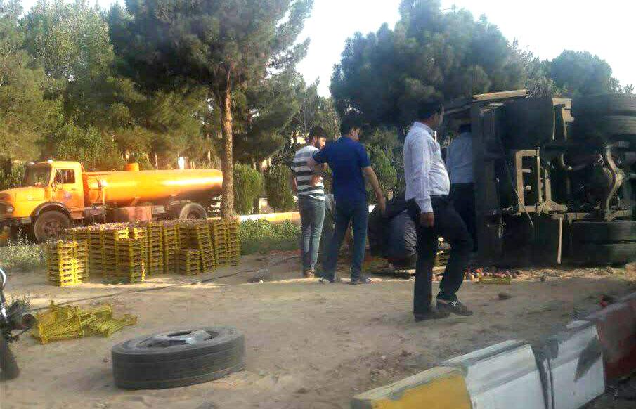 Photo of یک دستگاه کامیونت در بلوار دانشگاه شاهرود واژگون شد